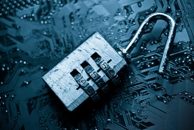 Bilgisayarın gizlilik sorunlarını göstermek için ana kart üzerindeki bozuk bir kilit
